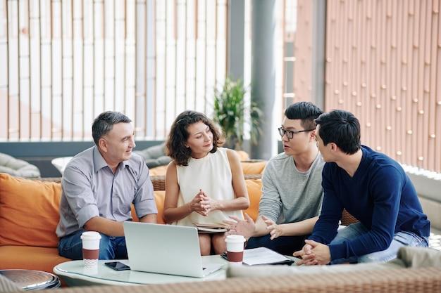 Gente di affari che ascolta il collega Foto Premium