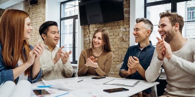 Uomini d'affari che lavorano insieme a un nuovo progetto Foto Premium