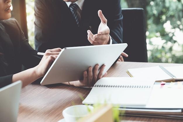 Donna ed avvocati di affari che discutono e che utilizzano compressa digitale sullo scrittorio di legno nell'ufficio. diritto, servizi legali, consulenza, concetto di giustizia. Foto Premium