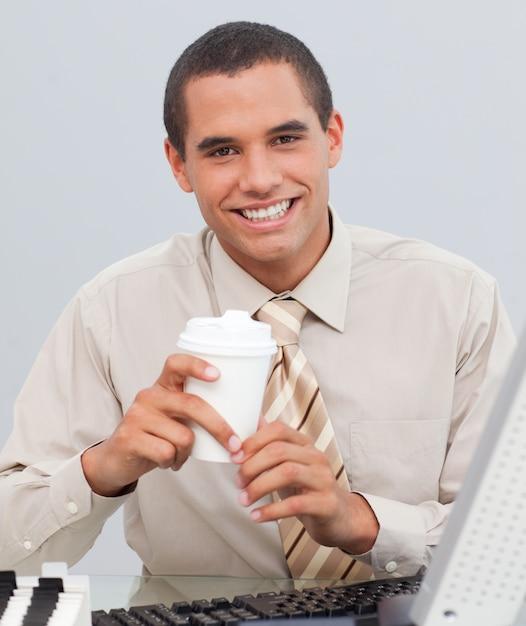Caffè bevente dell'uomo d'affari nell'ufficio Foto Premium
