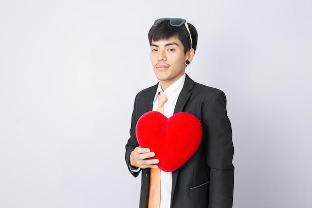 L'uomo d'affari porge il cuore rosso Foto Premium