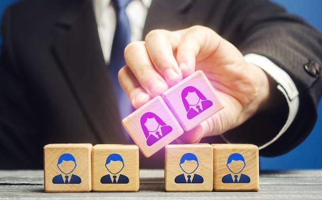 L'uomo d'affari integra i dipendenti di sesso femminile nel personale maschile della squadra parità di genere Foto Premium