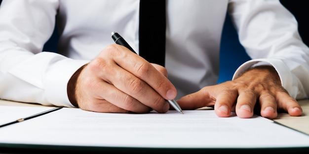 Documento di firma dell'uomo d'affari Foto Premium