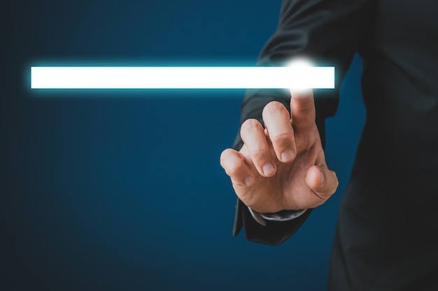 Uomo d'affari che tocca una barra di ricerca bianca d'ardore Foto Premium