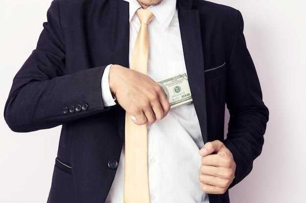 Uomo d'affari con i soldi in studio. concetto di business Foto Premium