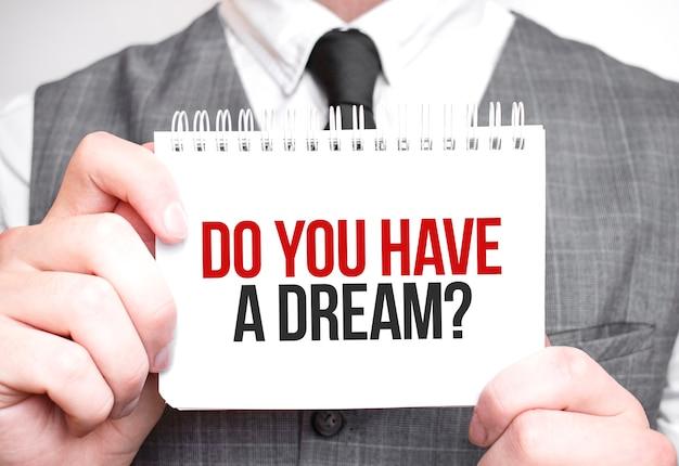 Uomo d'affari con il taccuino con testo hai un sogno Foto Premium