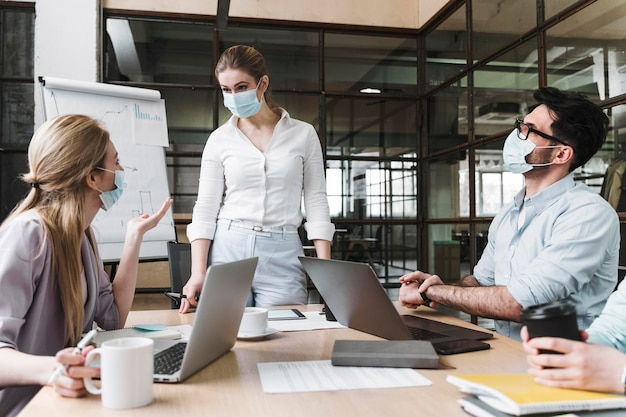 Imprenditrice con mascherina medica durante un incontro professionale Foto Premium