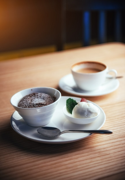 Torta gelato con cappuccino al cioccolato Foto Premium