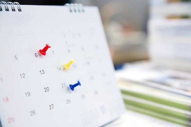 Calendario sulla scrivania per idee di pianificazione. Foto Premium