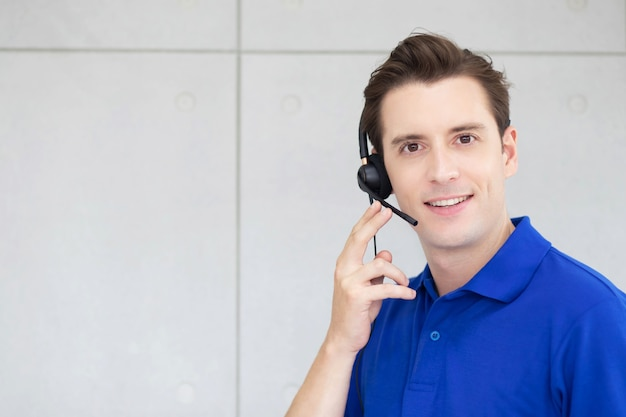 Call center uomo con auricolare Foto Premium