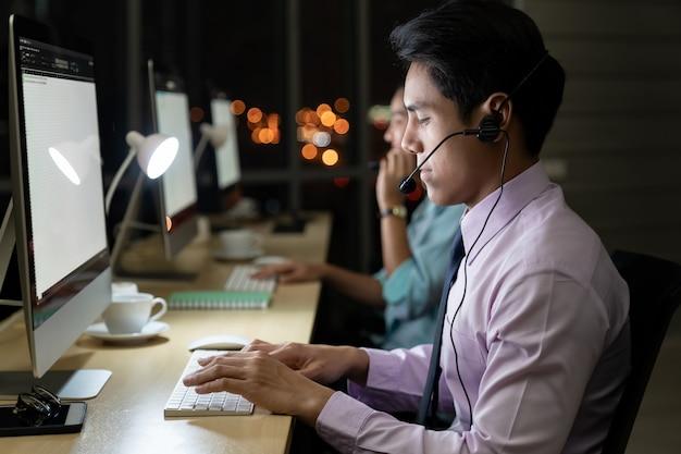 Call center lavorando sodo di notte. Foto Premium