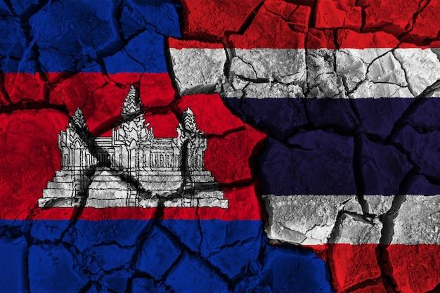 La cambogia contro la pittura della bandiera della tailandia incrinata Foto Premium