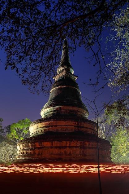 Processione a lume di candela (wien tien) il makha bucha day al tempio wat umong suan puthatham Foto Premium
