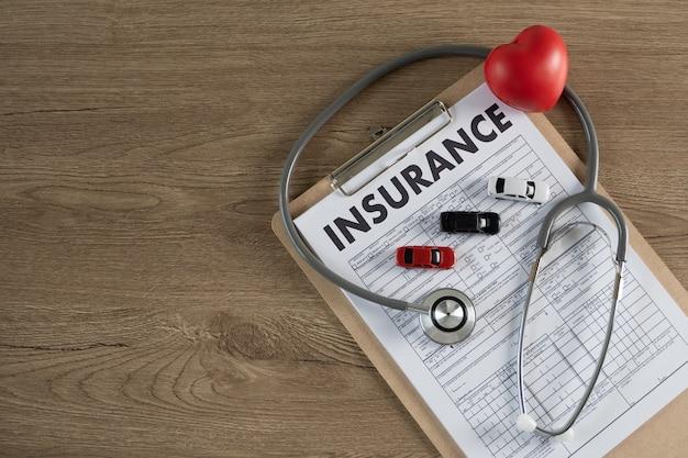 Assicurazione auto negli appunti, nello stetoscopio e nel cuore Foto Premium