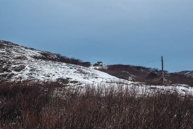 L'auto è in movimento su una difficile strada ghiacciata Foto Premium