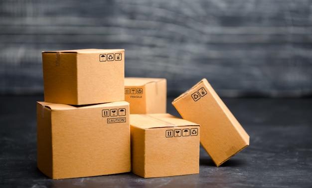 Scatole di cartone. il concetto di imballaggio delle merci, l'invio di ordini ai clienti. Foto Premium