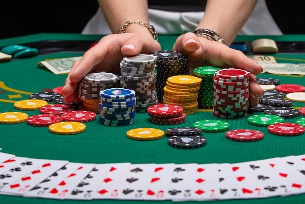 Carte per giocare a poker su un tavolo da gioco in un casinò   Foto Premium