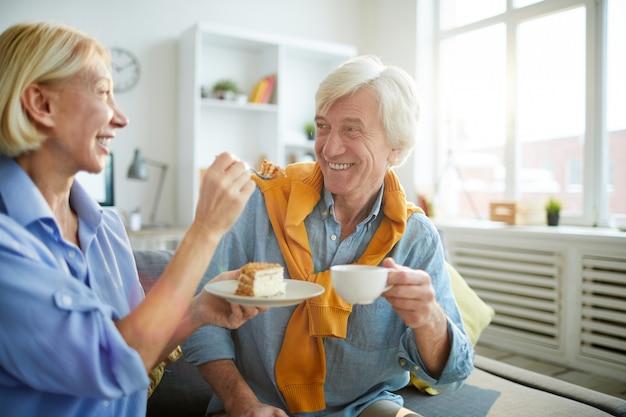 Coppie senior spensierate che godono del caffè Foto Premium