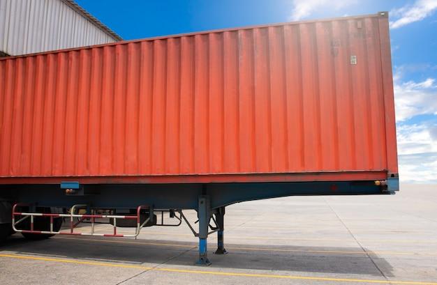 Carico parcheggiato camion rimorchio carico al magazzino del bacino Foto Premium