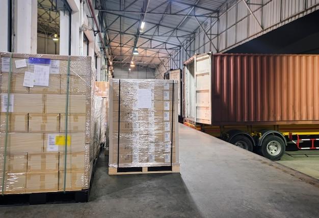 Carico camion con rimorchio parcheggiato carico al magazzino del bacino Foto Premium