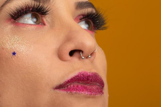 Carnival makeup per celebrare il carnevale del brasile. tendenza trucco e accessori per il carnevale. Foto Premium