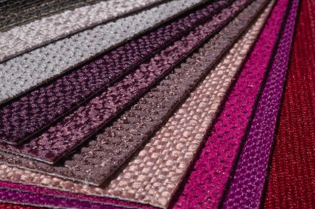 Catalogo di tessuto in tonalità viola rosa Foto Premium
