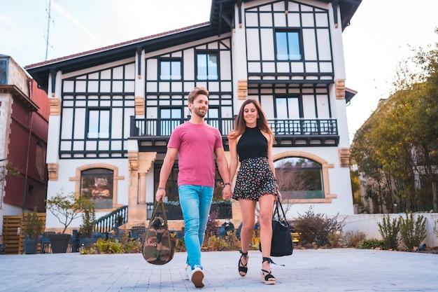 Una coppia caucasica che lascia l'hotel dopo aver trascorso la loro splendida vacanza. stile di vita estivo Foto Premium
