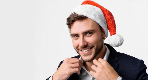 Ragazzo caucasico in maglione rosso e cappelli di babbo natale Foto Premium