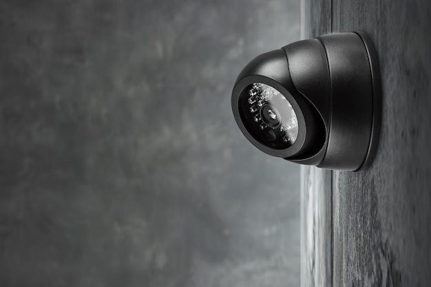 Telecamera tvcc fissata al muro. Foto Premium