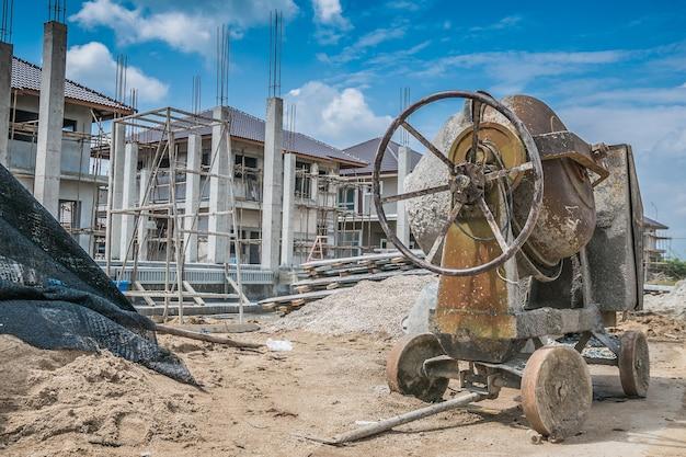 Macchina della betoniera del cemento al nuovo cantiere di costruzione della casa Foto Premium