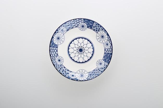 Piatti decorativi in ceramica piatto in ceramica blu e bianco isolato su sfondo bianco Foto Premium