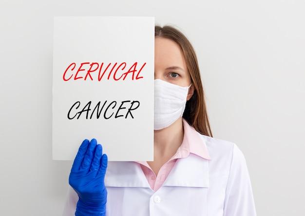 Iscrizione di malattia del cancro cervicale su carta nelle mani del medico in guanti, oncologia femminile. Foto Premium