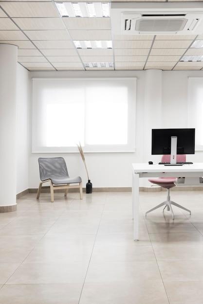 Sedie e disposizione del desktop del computer Foto Premium