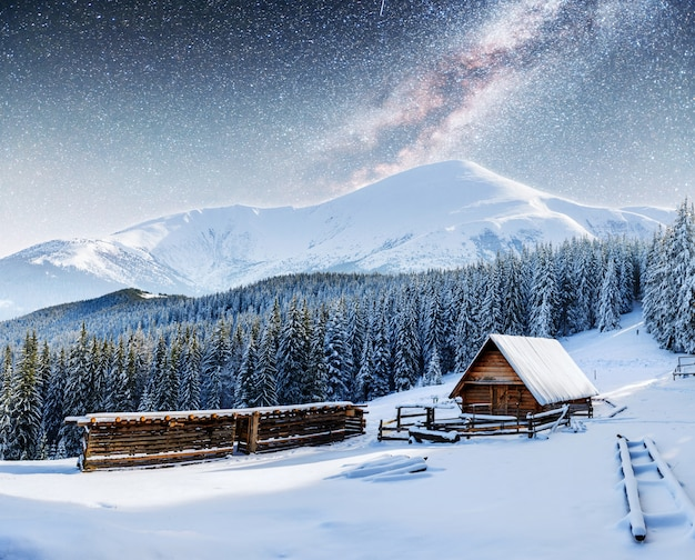 Chalet in montagna di notte sotto le stelle. Foto Premium