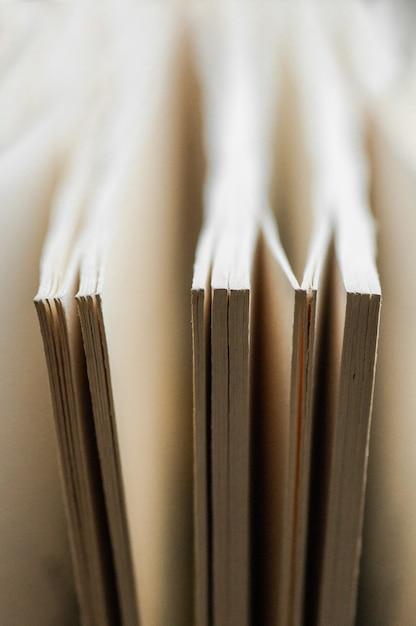 Pila caotica di vecchi libri colori pastello. sfondo dai libri. i libri si chiudono. Foto Premium