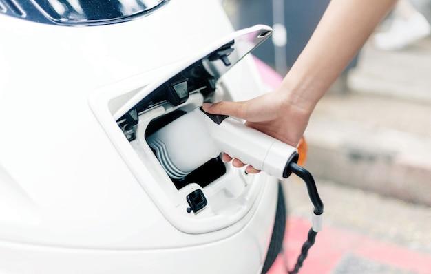 Carica l'energia elettrica per l'auto in alta tecnologia Foto Premium