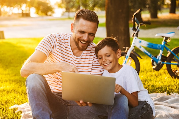 Padre allegro e suo figlio divertendosi Foto Premium
