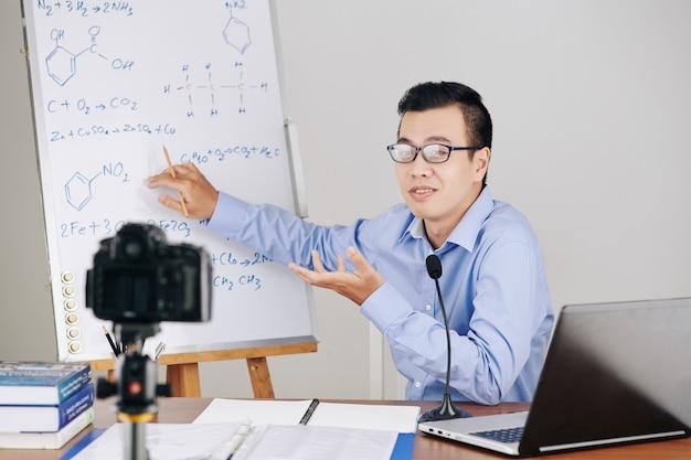 Insegnante di chimica che spiega le formule Foto Premium