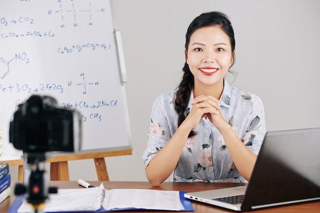 Lezione di registrazione dell'insegnante di chimica Foto Premium