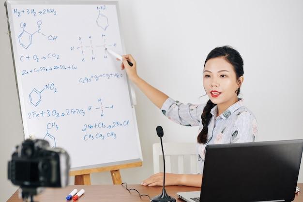 Insegnante di chimica che filma video Foto Premium