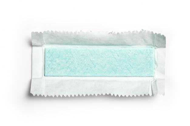 Zolla di gomma da masticare avvolta in stagnola isolata Foto Premium