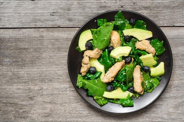 Insalata di pollo con avocado, spinaci e mirtilli Foto Premium