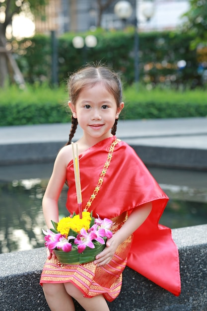 Bambino in abito tradizionale thailandese con krathong per il perdono goddess ganges festival in t Foto Premium