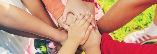 I bambini incrociano le mani, giocano per strada. messa a fuoco selettiva. Foto Premium