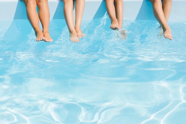 Gambe dei bambini su acqua cristallina Foto Premium