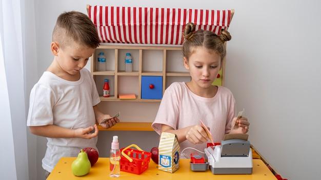 Bambini che giocano insieme a casa Foto Premium