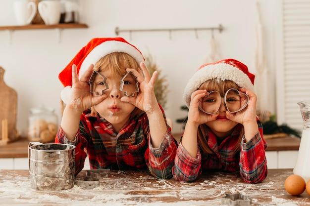 Bambini che giocano con forma di biscotti carino Foto Premium