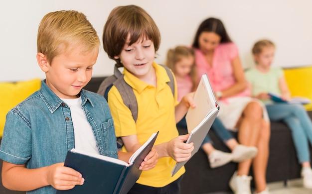 Bambini che leggono insieme una nuova lezione Foto Premium