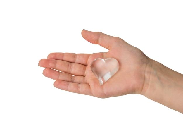 Mano dei bambini con cuore di vetro isolato. un simbolo d'amore. Foto Premium