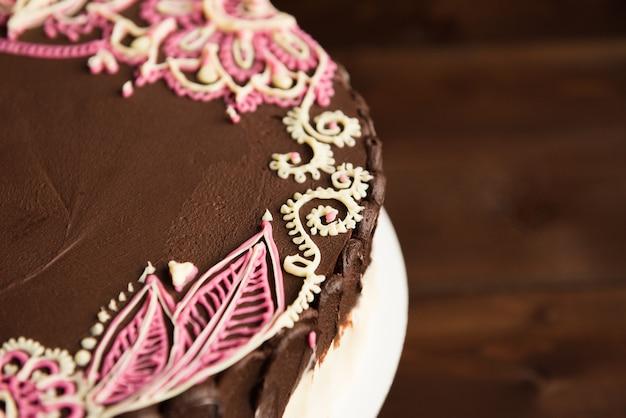 Torta del biscotto del cioccolato su marrone scuro Foto Premium